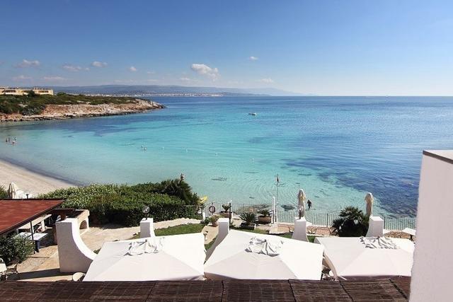 het kindvriendelijk hotel ligt direct aan het witte zandstrand van alghero - sardinie (2).jpg
