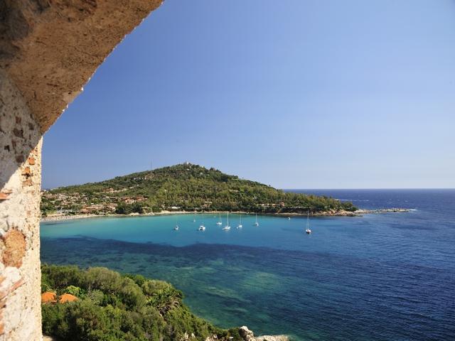 vanuit het kleinschalige hotel la bitta heeft u een prachtig uitzicht over de baai porto frailis.jpg