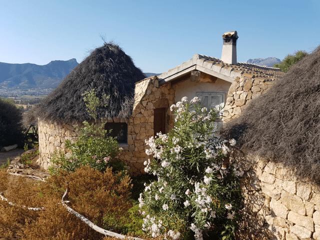 vakantie-sardinie-herders-hutjes-essenza (1).png