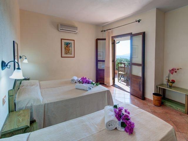 driepersoonskamer hotel i ginepri - cala gonone (1).jpg