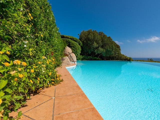 luxe huis sardinie met zeezicht en zwembad (29).png