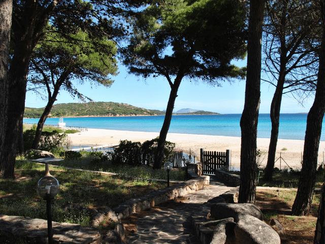 vakantiehuisjes sardinie aan het strand - ville porto taverna (4).png
