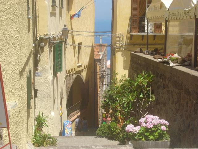 Smalle straatjes in Castelsardo - Sardinië