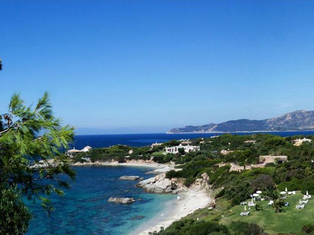 Hotel Cala Caterina ligt aan een wit zandstrand in zuid Sardinie
