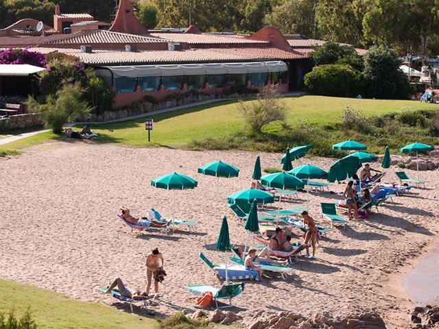 Meerdere strandjes omhelzen vakantiepark en camping Isluedda op Sardinie