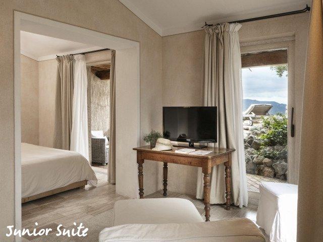 petra segreta junior suite living.jpg