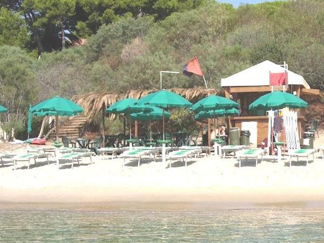 Bar en verhuur ligbedden aanwezig op het strand